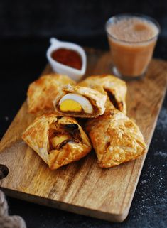 How to make egg puffs Kerala style. A simple, easy snack of spicy egg masala wrapped in flaky puff pastry. A common bakery item in Kerala. Egg Recipes, Indian Food Recipes, Appetizer Recipes, Snack Recipes, Cooking Recipes, Kerala Recipes, Oven Recipes, Cooking Tips, Diets