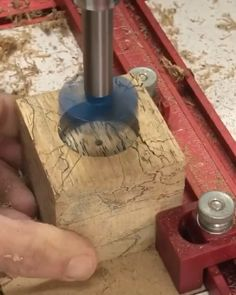 Learn how to make this simple STOP BLOCK to get accurate cuts for woodworking! video holz Removal STOP BLOCK Easy Woodworking Projects, Woodworking Wood, Wood Projects, Woodworking Techniques, Whisky Regal, Diy Furniture Videos, Diy Table Saw, Homemade Tools, Wood Working For Beginners