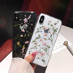 These transparent & protective cases feature real inlaid dried flowers. These transparent & protective cases feature real inlaid dried flowers. Cute Phone Cases, Diy Phone Case, Iphone Phone Cases, Iphone 6, Apple Iphone, Iphone Video, Phone Covers, Wallpaper Aesthetic, Aesthetic Phone Case
