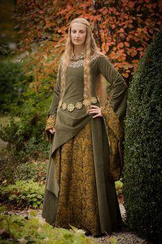 http://fc07.deviantart.net/fs70/i/2013/294/f/7/eowyn_s_green_gown_5_by_lady__eowyn-d6raeoc.jpg