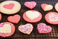 Une recette facile et originale de cookies sablés coeur pour la saint valentin ou pour toute occasion  Ici on réalise une pâte, qu'on divise et on en colore la moitié. De là avec des emportes pièces on réalise plusieurs types de cookies, c'est facile et amusant. N'hésitez pas à parfumer la pâte avec des …