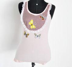 **** Camiseta na cor rosa,regata, tamanho Médio, malha canelada, com patch aplique motivo xadrez e borboletas, em tecido 100% algodão. Detalhe: renda branca  **** PRODUTO PRONTA ENTREGA! **** **** Aceitamos encomendas em outros tamanhos, modelos e cores!  **** Consultar valor do frete! R$50,00
