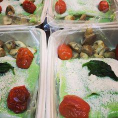 Open ravioli met een saus van spinazie en geitenkaas gepofte cherry tomaatjes parmezaan en gebakken kastanjechampignons only @freshmealsutrecht #freshmeal #fresh #fit #fitness #health #healthy#healthyfood #fitdutchies #fitfam #fitfood #instalike#instagood #utrecht #dutch #vegetarian #voeding#eten #instafit #instagood #instafood #food #nutrition#weight  #fitdutchies #fitfam #utrecht #gezond #health#healthymeals #macros #meals by freshmealsutrecht
