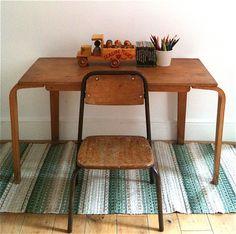 Esavian child desk with school chair