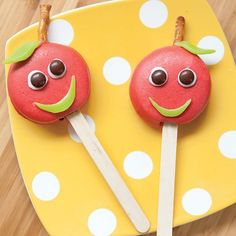 Shake those back to school blues by sneaking one of these candy apple cookie pops into their lunchbox on the first day!