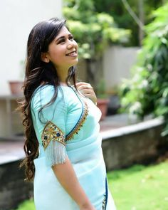 25 Blouse sleeves designs every bride needs to check out before going to the tailor! Kids Blouse Designs, Sari Blouse Designs, Designer Blouse Patterns, Bridal Blouse Designs, Hand Designs, Saree Blouse Models, Sari Design, Half Saree Designs, Stylish Blouse Design