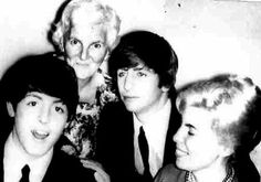 Paul With George's Mom And Sister Louise I met Louise, George's sister at Beatlefest! The Beatles 1960, Beatles Band, Great Bands, Cool Bands, Richard Starkey, Paul And Linda Mccartney, Sir Paul, Mom And Sister, The Eighth Day