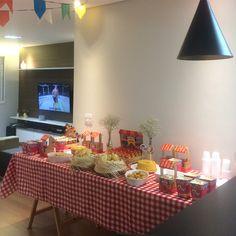 Iniciando as postagens das fotos da festinha de ontem, uma visão geral da mesa quando os convidados entravam no apê. Nosso Arraiá foi um…