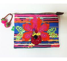 """Necessaire """"Lajotinha"""" Peça única, com bordado feito à mão! loja virtual: www.chria.com.br Venda atacado e varejo! Whats: (47) 9904 1857"""