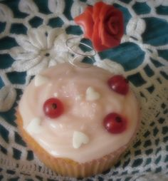 Cup cake ripieni di ribes, con frosting al formaggio e aroma di vaniglia, decorati con ribes freschi, zuccherini e rosa in pasta di zucchero