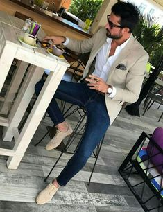 Summer business casual look from with a white button up shirt navy paisley pocket square brown leather banded watch dark wash denim no show socks tan suede wingtips sunglasses accessories Trajes Business Casual, Business Casual Attire, Mens Business Casual Jeans, Summer Business Casual, Business Style, Blazer Outfits Men, Mens Fashion Blazer, The Suits, Mens Suits