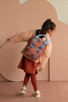 Studio Ditte rugzak met wasberen. Mooie stevige rugzak voor jongens en meisjes die voor het eerst naar school of de kinderopvang gaan. Aan de binnenkant van de tas vind je een insteekvak over de hele rug die sluit met klittenband. Het hoofdvak is ruim en heeft een verstevigde bodem, waardoor de tas mooi in vorm blijft. Je kunt verrassend veel spullen kwijt in deze rugzak. #wasbeer #backpack Boys Backpacks, School Backpacks, Jaguar Spots, Animal Pencil Case, Case Studio, Striped Backpack, Pet Bottle, Tiger Stripes, Childcare