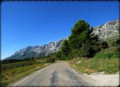 Sur la route de la Sainte Victoire...  Site - http://mistoulinetmistouline.eklablog.com Page Facebook - https://www.facebook.com/pages/Mistoulin-et-Mistouline-en-Provence/384825751531072?ref=hl