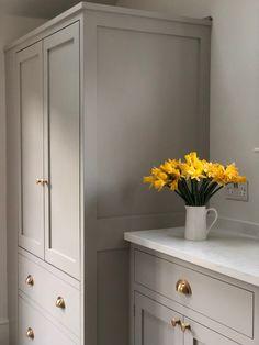 Kitchen Cabinet Colors, Modern Shaker Kitchen, Painted Kitchen Cabinets Colors, Brown Kitchens, Colour Kitchen Units, Kitchen Room, Modern Family Kitchen, Farrow And Ball Kitchen, Stone Kitchen