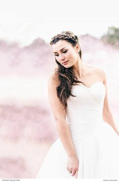 15 Ideas wedding hairstyles for strapless dress with veil brides Wedding Hairstyles For Long Hair, Down Hairstyles, Country Wedding Gowns, Wedding Dresses, Jumpsuit For Wedding Guest, Strapless Dress Hairstyles, White Strapless Dress, Boho, Wedding Couples