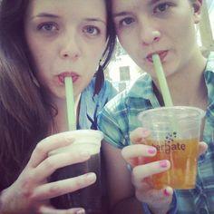 #monday #chillout #after #hard #day #in #school #friends #bff #best #moments #sweet  #black #and #green #tee #fruit  #flavor #it #taste #good #kiwi #mango #jellies  #pijherbate #omnom #bubbletea