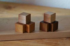 マグネットが4つ付属しています。 (ウォールナット×2(茶)、メイプル×2(白木))