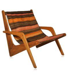 Poltrona com braços em madeira maciça. Assento e encosto em antigo Kilin Afegão.    www.desmobilia.com.br