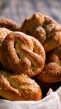 Easy Homemade Pretzels - three words that we all love to hear You ll never want to pay for a pretzel again after trying this simple pretzel recipe Top with your favourites and let the flavours do the talking And yes the kids will love them Homemade Soft Pretzels, How To Make Pretzels, Pretzels Recipe No Yeast, Easy Homemade Snacks, Baked Pretzels, Baking Recipes, Dessert Recipes, Recipes With Bread, Cake Recipes