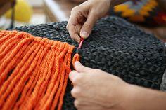 """Você sabe quando vê essas tapeçarias com fios de tecido e pensa: """"Talvez eu pudesse fazer isso"""". Bem, se você já teve essa coceira para criar sua própria tapeçaria, mas não queria comprometer muito do seu tempo, então esta é postagem é para você."""