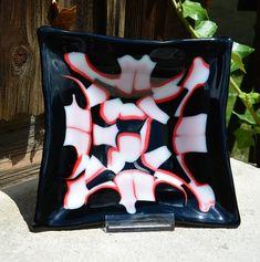 Schale 17 x 17 cm in den Farben opak weiß-schwarz-rot.  Zu kaufen im Atelier Allerhand Kunsthandwerk oder im Webshop Bunt, Atelier, Arts And Crafts, Weaving