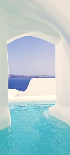 This outdoor Jacuzzi in #Santorini takes luxury to a whole new level.