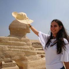 Ajudando a esfinge a ter uma sombrinha nesse dia quente... Post de hoje no blog http://ift.tt/1oNDc7j é sobre a minha viagem ao Egito que deveria ter sido perfeita mas que não foi bem assim ha ha ha (hoje dou risada mas tive medo de morrer na época). Corre lá para saber como foi! #egito #egypt #esfinge #pyramides #piramide #sphinx #cairo #giza #nilo #blogsdeviagem #retrip #blogueirosdeviagens #travel #viagem #viagensincriveis