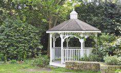Schaffen Sie einen kleinen und gemütlichen Unterschlupf auf Ihrer Grünfläche, indem Sie einen Gartenpavillon selbst bauen. Hier finden Sie den einen oder anderen hilfreichen Tipp, wie Sie diesen gestalten können.