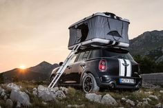 With the Countryman ALL4 Camp MINI has revived the classic roof tent. What was a perfect solution for spontaneous trips to the countryside before, still works quite well. The perfect place to sleep is exactly where you just want to. A few handles and the Roof Top Tent is ready for a wonderful night on the sea, in the woods, in the mountains or on the top car park, situated in the city. Thanks to the all-wheel drive, you can plunge with the ALL4 even through rough terrain into new adventure.