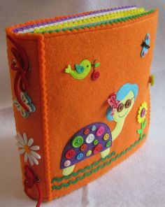 Awesome binding for felt quiet book Diy Quiet Books, Baby Quiet Book, Felt Quiet Books, Quiet Book Patterns, Felt Patterns, Fabric Toys, Felt Fabric, Silent Book, Book Quilt