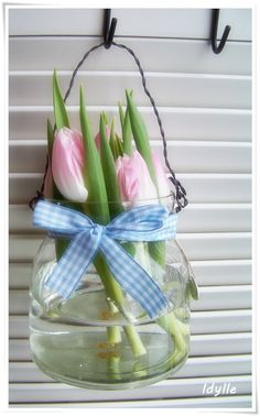 Easter and spring - a lovely idea to decorate a bland wall.