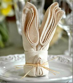 Make this adorable bunny napkin fold to dress up a tablescape! 20 plus fun napkin fold styles all here!