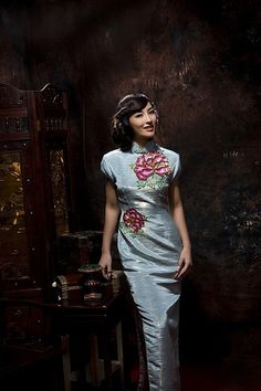 The cheongsam is a fashion, by reference Manchu women traditional flag of Republic of clothing designer clothing and Western cultural foundation design in the second half of the twentieth century is a cultural blend of East and West figurative.