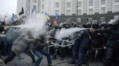 """I gruppi di """"europeisti"""" si sono riversati a migliaia in piazza, cosa che non si vedeva dalla Rivoluzione Arancione, a protestare contro la scelta di stringere legami con la Russia"""