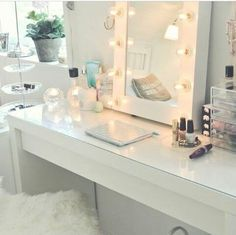 Oh. My. Goodness. I love this mirror and makeup station! #homedecor #beauty
