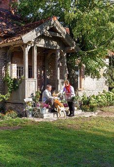 Cottage In The Woods, Village Houses, Arte Popular, House Entrance, Front Entry, Cottage Homes, Historic Homes, Exterior Design, Gazebo