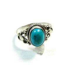 Ce bijou argent indien est une bague fine avec sa pierre ovale en turquoise. La monture de la bague est en argent travaillé. La turquoise est une pierre naturelle. Les bijoux argent et les bagues sont importés d'Inde