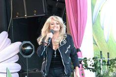 Helena Davidsson #bonnietyler #gaynorsullivan #gaynorhopkins #thequeenbonnietyler #therockingqueen #rockingqueen #music #rock #lottapaliseberg #2013 The Rock, Rock And Roll, Bonnie Tyler, 80s Music, King Queen, Tv Shows, Idol, Singer, Beautiful