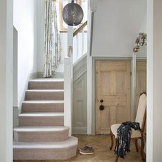 Country hallway pictures and photos for your next decorating project. Find inspiration from of beautiful living room images Modern Entrance, House Entrance, Entrance Hall, Hall Flooring, Parquet Flooring, Arts And Crafts House, Home Crafts, Llamas, Hallway Decorating