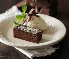 Chokoladekage med kokosis - den nemme - klik på billedet for at se mere... #karenvolf #chokoladekage #opskrift #dessert #sommer #is #kage