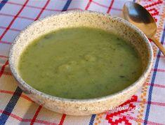 Questa vellutata di zucchine è profumata, leggera e pronta in 20 minuti. Bastano pochi ingredienti: zucchine, patate, cipollotti e un ciuffo di basilico.
