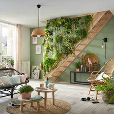 Dans le salon, la montée d'escalier devient un véritable jardin suspendu ! Room Interior, Interior Design Living Room, Living Room Decor, Interior Decorating, Bedroom Decor, Kitchen Interior, House Plants Decor, Green Rooms, Room Inspiration