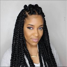 All styles of box braids to sublimate her hair afro On long box braids, everything is allowed! For fans of all kinds of buns, Afro braids in XXL bun bun work as well as the low glamorous bun Zoe Kravitz. Thick Box Braids, Short Box Braids, Blonde Box Braids, Jumbo Box Braids, Braids For Black Hair, Big Braids, Braids For Black Women Box, Large Box Braids, Thick Braid