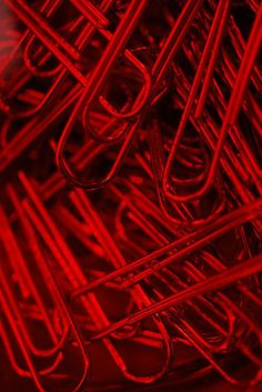 red = rojo :) paper clips I love different colors of paper clips.
