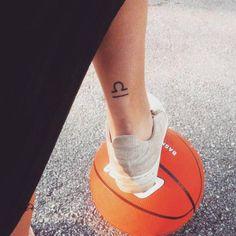 Tatouage signe astrologique balance mollet