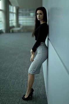 La falda lápiz o falda tubo es una prenda maravillosas y son ideales para ir al trabajo, para una reunión o salir de fiesta.