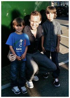 Am i the only one that thinks those kids look like they're Tom's kids.....