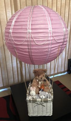 Hot Air Balloon Gift Basket perfect for baby shower, could also be used as a decoration for kids parties. Best Baby Shower Favors, Baby Shower Gift Basket, Baby Shower Presents, Baby Baskets, Baby Presents, Baby Shower Gifts, Baby Gifts, Gift Baskets, Balloon Basket