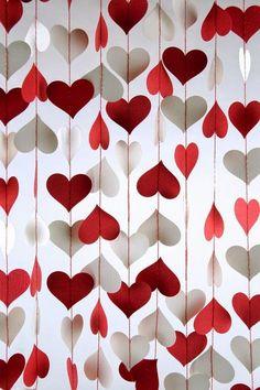 Dicas pra Noivas: DIY- Cortinas feito com corações para decoração romântica  ACESSE para mais ideias e fotos lindas de Valentine's Day e textos sobre relacionamentos:  http://www.ameninadafoto.com.br (scheduled via http://www.tailwindapp.com?utm_source=pinterest&utm_medium=twpin&utm_content=post26843754&utm_campaign=scheduler_attribution)