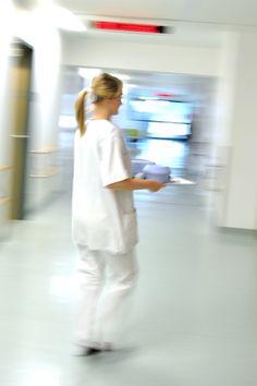 Pflege-News: Pflegeverbände sowie der AOK-Bundesverband sprechen sich für einen offeneren Umgang mit Fehlern im #Pflegebereich aus. Dazu berichten in einer neuen Broschüre Pflegekräfte, Arzthelferinnen sowie Physiotherapeuten über Fehler in der #Pflege, die allerdings aus Angst vor Sanktionen oft verschwiegen werden. Unterstützt ihr diesen Vorstoß für eine offene Fehlerkultur in der Pflege?  Foto: JMG / pixelio.de
